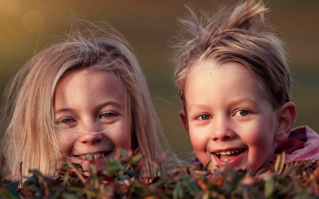 Niños y niñas sonriendo